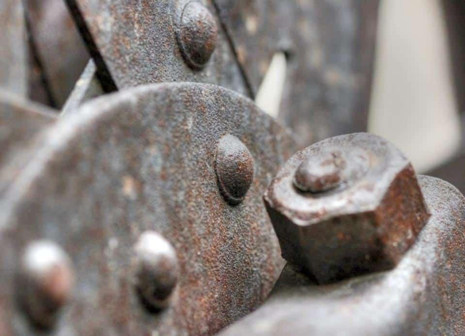 zhrdzavená skrutka na kovovej konštrukcii