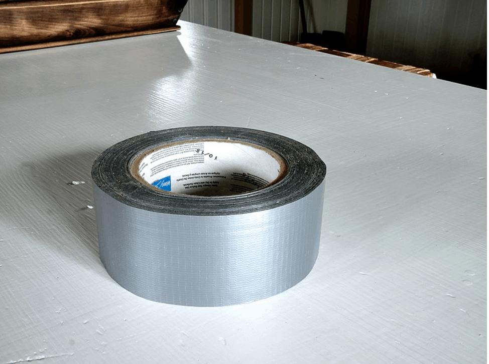 Lepiaca páska Duct Tape umiestnená na stole