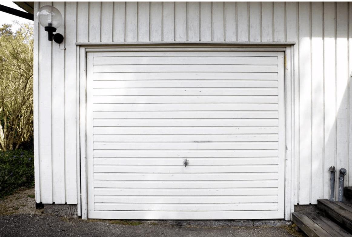 biele garážové dvere