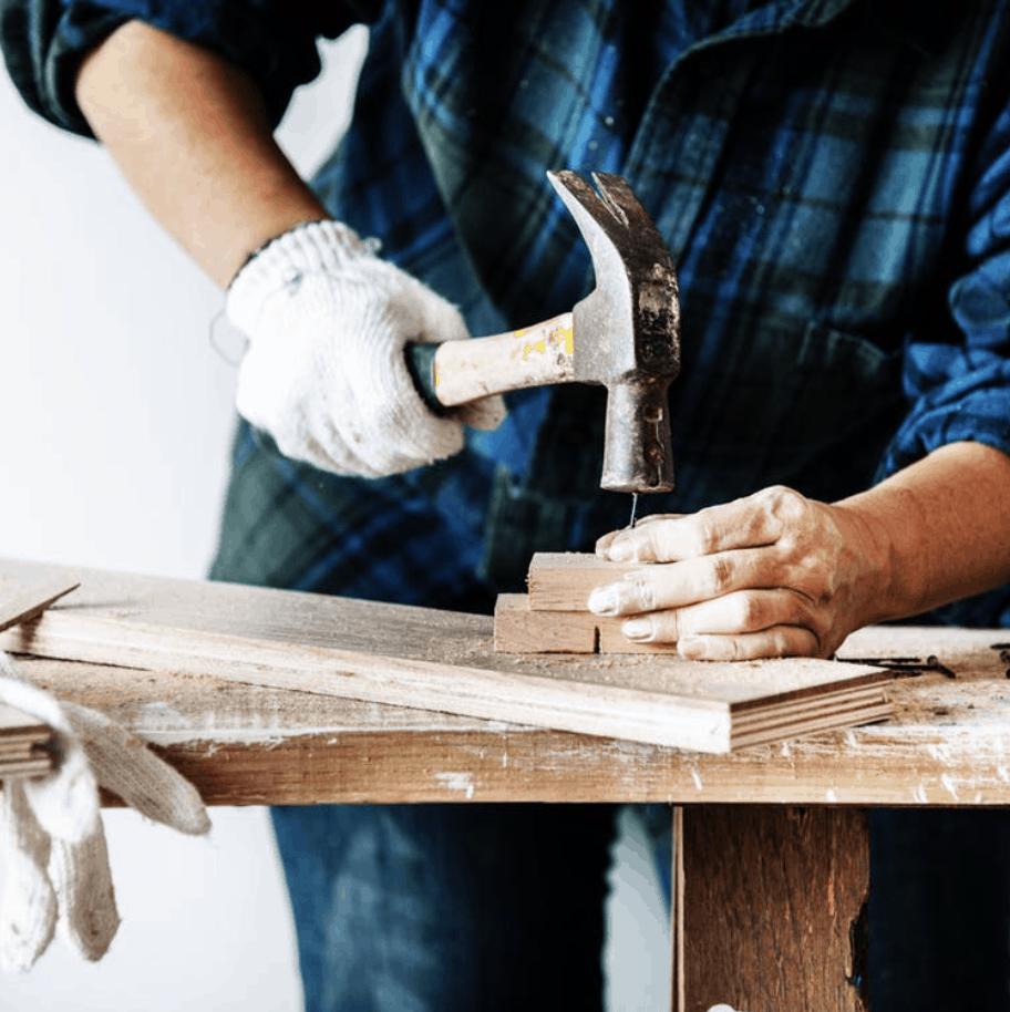 Muž používajúci špinavé kladivo